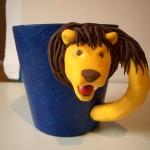blå mugg gult lejon