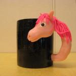 svart mugg rosa häst