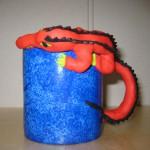 blå mugg röd krokodil