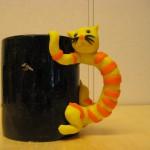 svart mugg gul katt
