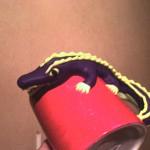 röd mugg lila krokodil