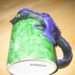 Svart drake på grön mugg