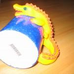 gul krokodil på blå mugg