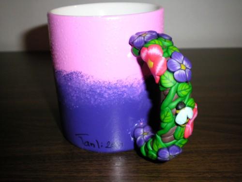 Lila och rosa mugg med blommor