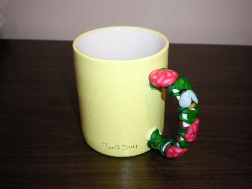 gul mugg med rosa rosor